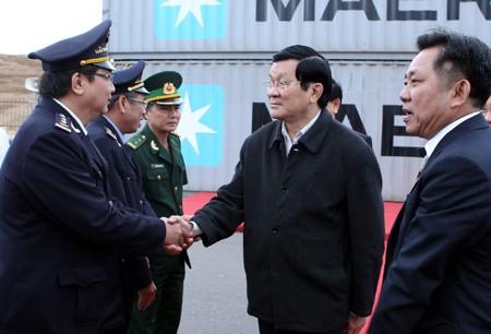 ประธานประเทศเวียดนาม ท่านเจืองเติ้นซางลงพื้นที่จังหวัดบิ่งดิ่ง - ảnh 1
