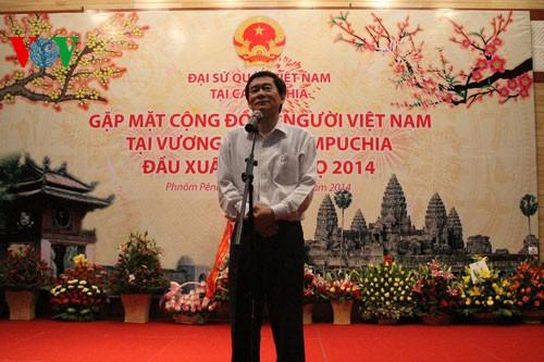 สถานทูตเวียดนามประจำกัมพูชาจัดการพบปะต้นวสันต์ฤดูปีมะเมีย๒๐๑๔ - ảnh 1
