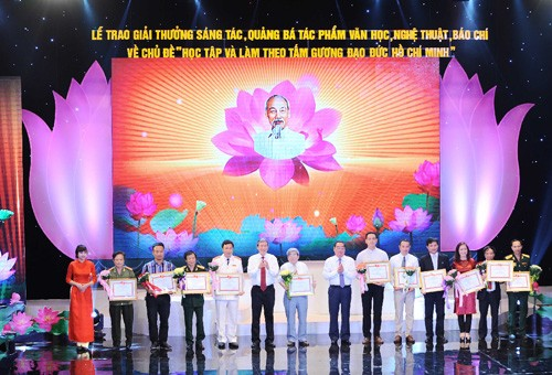 """Trao giải  """"Học tập và làm theo tấm gương đạo đức Hồ Chí Minh"""