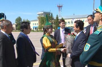 Thủ tướng Nguyễn Tấn Dũng thăm Đại sứ quán Việt Nam tại  Kazakhstan - ảnh 1