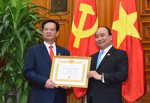 Thủ tướng Nguyễn Xuân Phúc trao huy hiệu Đảng cho các vị nguyên lãnh đạo Đảng, Nhà nước - ảnh 1