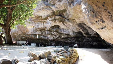Chùa Hang trên đảo Lý Sơn, Quảng Ngãi - ảnh 1