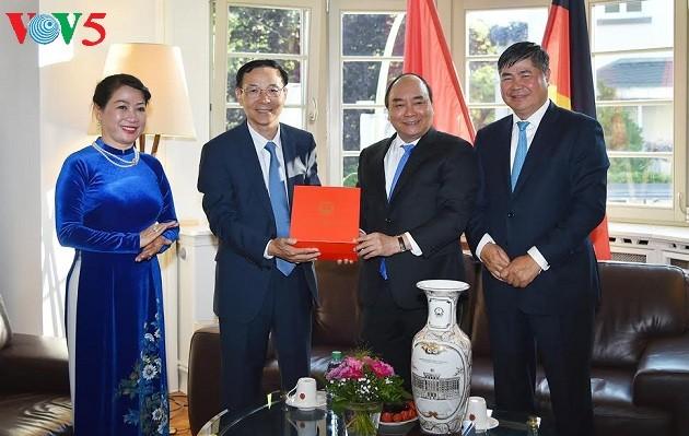 Thủ tướng Nguyễn Xuân Phúc thăm cán bộ, nhân viên Tổng Lãnh sự quán Việt Nam tại Frankfurt - ảnh 1