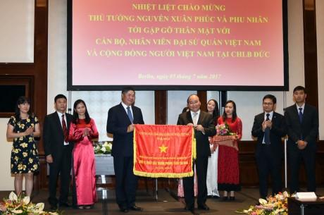 Thủ tướng Nguyễn Xuân Phúc gặp cán bộ nhân viên Đại sứ quán và đại diện cộng đồng người Việt - ảnh 1