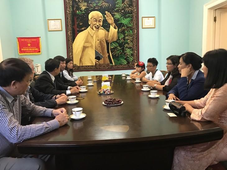 """Gặp mặt học sinh Việt Nam được giải thưởng lớn cuộc thi """"Em vẽ VN-Em vẽ nước Nga"""" - ảnh 2"""
