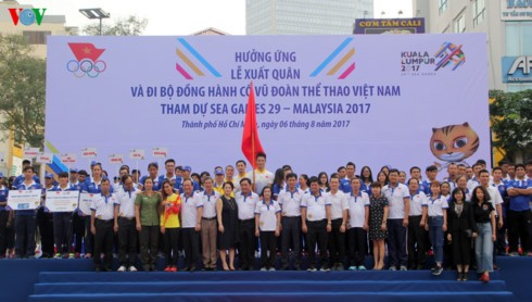 5000 người hưởng ứng Lễ xuất quân và đi bộ cổ vũ đoàn thể thao Việt Nam tham dự SEA Games 29 - ảnh 1