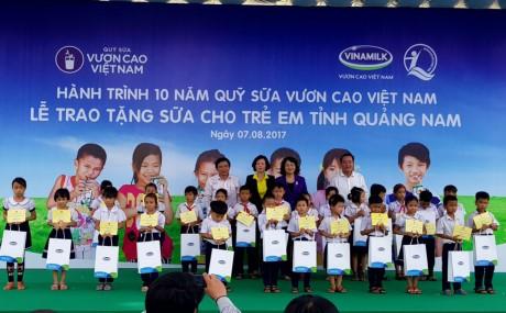 """Chương trình """"Sữa học đường"""" tặng trẻ em tỉnh Quảng Nam - ảnh 1"""