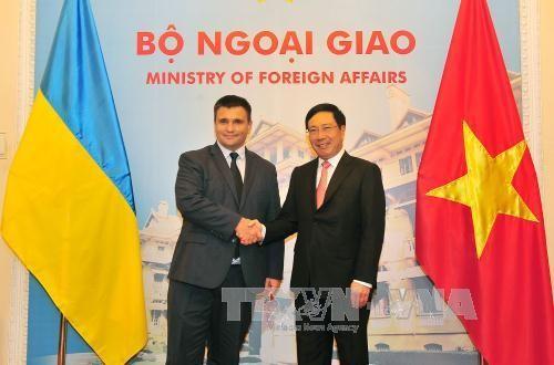 Hội đàm giữa Phó Thủ tướng, Bộ trưởng Ngoại giao VN Phạm Bình Minh với Bộ trưởng Ngoại giao Ukraina - ảnh 1