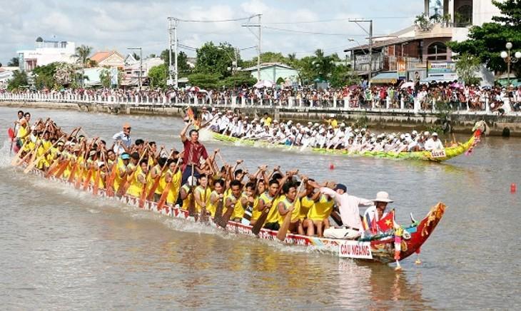 Sôi nổi Lễ hội Ok Om Bok của đồng bào Khmer - ảnh 1