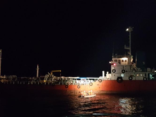Vietnam rescue team brings ashore sick Singaporean sailor  - ảnh 1