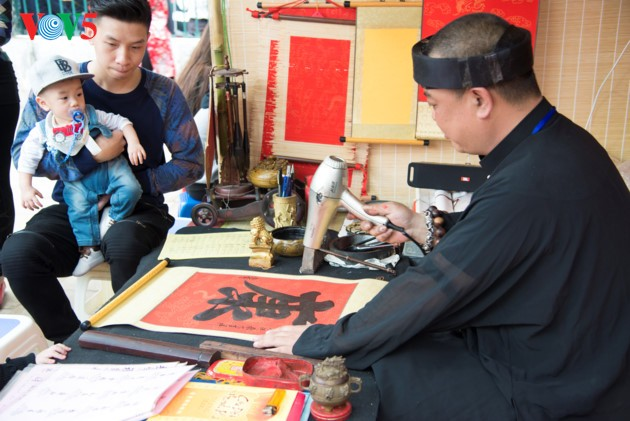Calligraphy Festival at Hanoi's Temple of Literature - ảnh 9