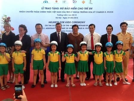 Quỹ AIP trao tặng mũ bảo hiểm cho trẻ em Việt Nam - ảnh 1