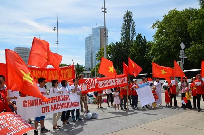 Người Việt và người dân Thuỵ Sĩ phản đối Trung Quốc thay đổi nguyên trạng Biển Đông  - ảnh 1