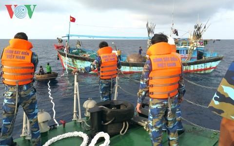 Cảnh sát biển vùng 2 lai dắt tàu cá của ngư dân Quảng Ngãi vào bờ an toàn - ảnh 1