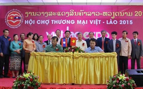 งานแสดงสินค้าเวียดนาม-ลาวปี ๒๐๑๕ได้เปิดขึ้นแล้ว - ảnh 1