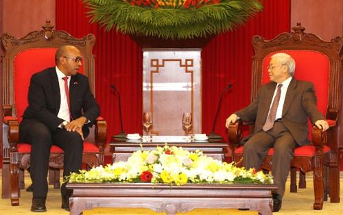 """Trao Kỷ niệm chương """"Vì hòa bình, hữu nghị giữa các dân tộc"""" tặng Đại sứ Cuba tại Việt Nam - ảnh 1"""