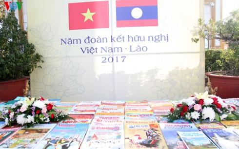Triển lãm sách, ảnh, báo chí Việt Nam - Lào qua góc nhìn báo chí - ảnh 2