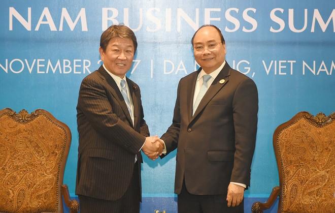 Thủ tướng Nguyễn Xuân Phúc tiếp Bộ trưởng tái thiết kinh tế Nhật Bản - ảnh 1