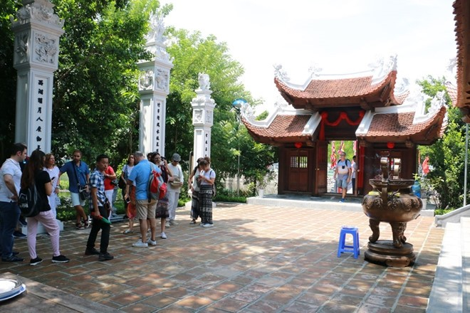 Cau Nhi temple worships little dog - ảnh 6