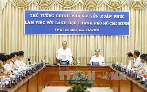 នាយករដ្ឋមន្រ្តីវៀតណាមលោក Nguyen Xuan Phuc ជួបធ្វើការជាមួយថ្នាក់ដឹកនាំទីក្រុងហូជីមិញ - ảnh 1