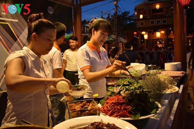 Cao lau - មុខម្ហូបពិសេសនៅទីក្រុងបុរាណ Hoi An ខេត្ត Quang Nam - ảnh 2