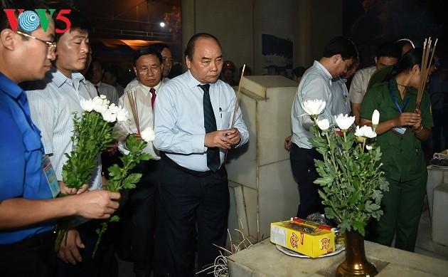 """នាយករដ្ឋមន្រ្តីលោក Nguyen Xuan Phuc អញ្ជើញចូលរួមកម្មវិធីសិល្បៈ """"តំបន់ដីពិសិដ្ឋ Dong Loc"""" - ảnh 1"""