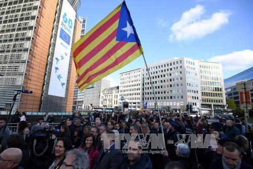 បណ្ដាអភិបាលក្រុង Catalonia ធ្វើ បាតុកម្ម នៅ Brussels - ảnh 1