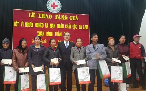 Глава Отечественного фронта Вьетнама вручил новогодние подарки в провинции Намдинь - ảnh 1