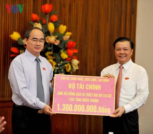 Сбор пожертвований в помощь пострадавшим в центральновьетнамских провинциях - ảnh 1