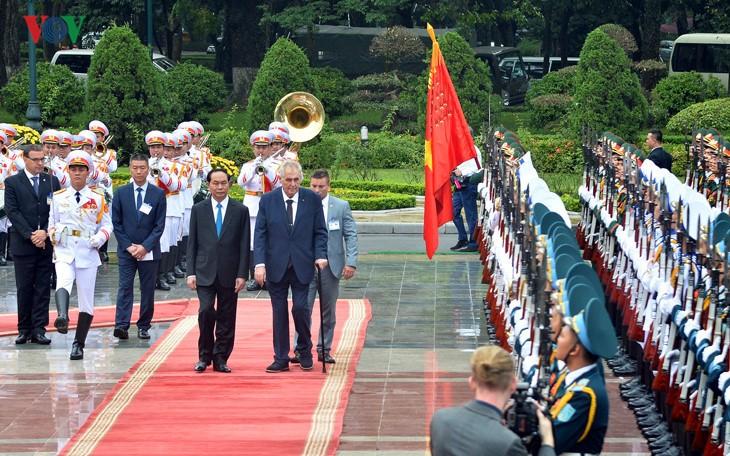 Президент Чешской Республики завершил государственный визит во Вьетнам - ảnh 1