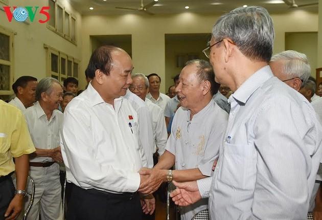 Премьер Вьетнама Нгуен Суан Фук встретился с избирателями г.Хайфона - ảnh 1