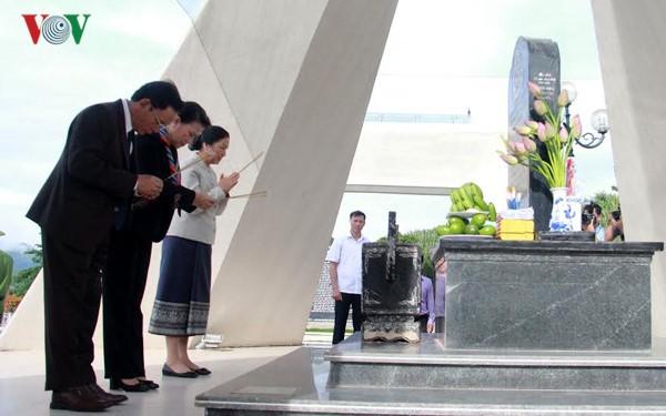 Спикеры парламентов Вьетнама и Лаоса зажгли благовония в мемориальном комплексе в провинции Шонла - ảnh 1