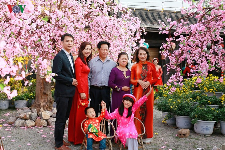Hanoians visit flower villages as Tet holiday nears - ảnh 7