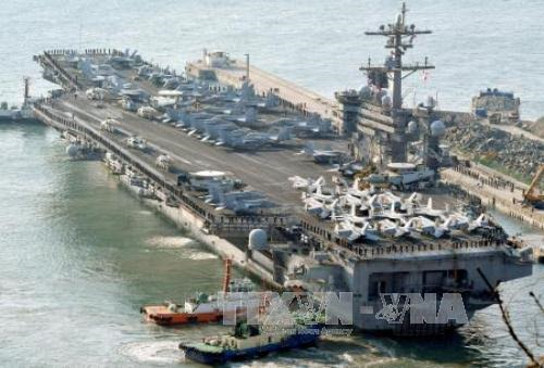 US deploys aircraft carriers toward North Korea - ảnh 1
