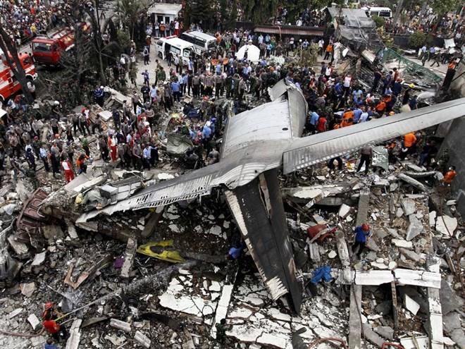 เกิดเหตุเครื่องบินทหารตกในประเทศอินโดนีเซีย - ảnh 1