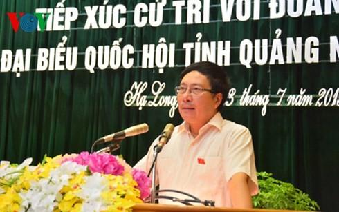 รองนายกรัฐมนตรีฝามบิ่งมิงพบปะกับผู้มีสิทธิ์เลือกตั้งจังหวัดกว๋างนิง  - ảnh 1