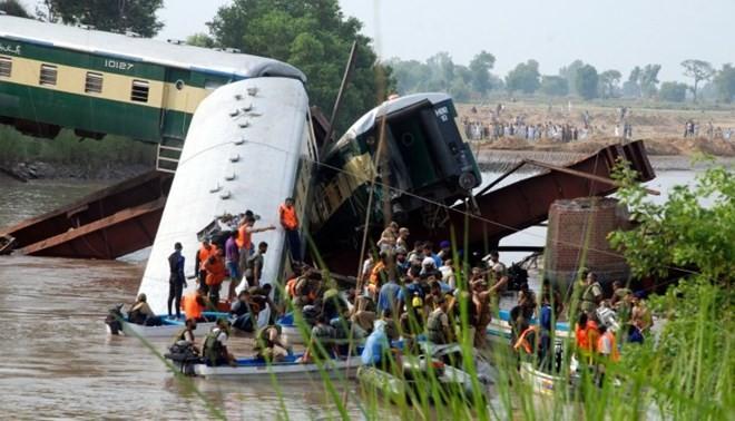 เกิดอุบัติเหตุรถไฟของปากีสถานตกสะพานข้ามคลอง - ảnh 1