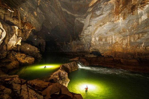 นักท่องเที่ยวชาวต่างชาตินิยมทัวร์พิชิตถ้ำเซินด่อง - ảnh 1