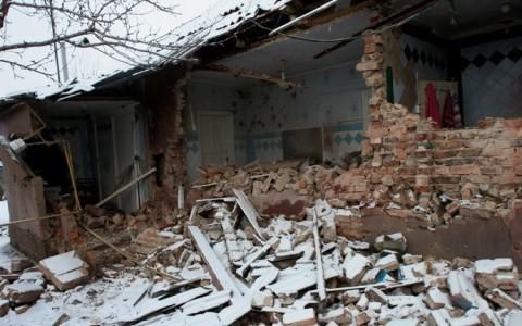 ฝ่ายต่างๆในยูเครนกล่าวหากันว่ายิงปืนใหญ่ใส่เมืองโดเนสต์ - ảnh 1