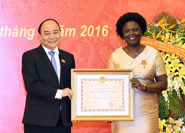 นายกรัฐมนตรีเข้าร่วมพิธีมอบเหรียญอิสริยาภรณ์ให้แก่รองประธานธนาคารโลก - ảnh 1