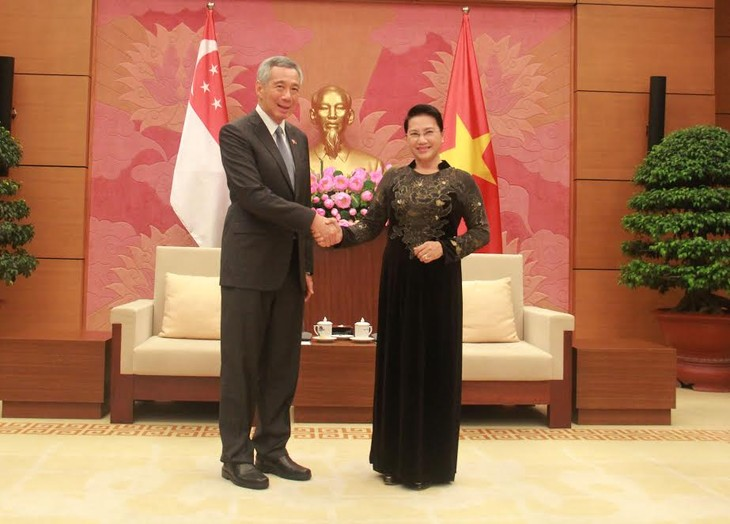 ผู้นำพรรคและรัฐให้การต้อนรับนายกรัฐมนตรีสิงคโปร์ - ảnh 3