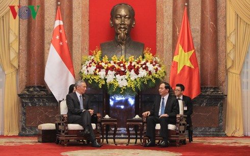 ผู้นำพรรคและรัฐให้การต้อนรับนายกรัฐมนตรีสิงคโปร์ - ảnh 1