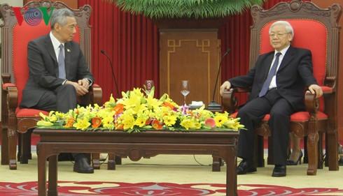 ผู้นำพรรคและรัฐให้การต้อนรับนายกรัฐมนตรีสิงคโปร์ - ảnh 2