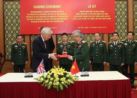 ผลักดันความร่วมมือด้านกลาโหมระหว่างเวียดนามกับสหราชอาณาจักรและไอร์แลนด์เหนือ - ảnh 1