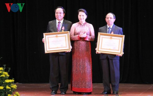 พิธีมอบเหรียญอิสริยาภรณ์ของประธานประเทศเวียดนามให้แก่บุคคลต่างๆของลาว - ảnh 1
