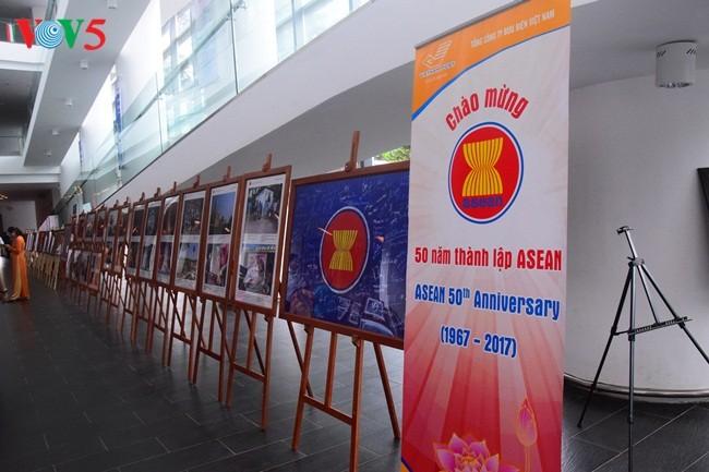 งานนิทรรศการภาพถ่ายเกี่ยวกับอาเซียนมีส่วนร่วมส่งเสริมความเข้าใจของประชาชนเกี่ยวกับประชาคมอาเซียน - ảnh 1