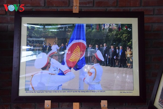 งานนิทรรศการภาพถ่ายเกี่ยวกับอาเซียนมีส่วนร่วมส่งเสริมความเข้าใจของประชาชนเกี่ยวกับประชาคมอาเซียน - ảnh 2
