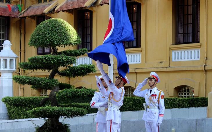 พิธีเชิญธงอาเซียนขึ้นสู่ยอดเสาในโอกาสฉลองครบรอบ50ปีการจัดตั้งอาเซียน - ảnh 1