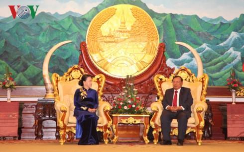 ประธานสภาแห่งชาติเวียดนามเข้าพบเลขาธิการใหญ่พรรคและประธานประเทศลาว   - ảnh 1
