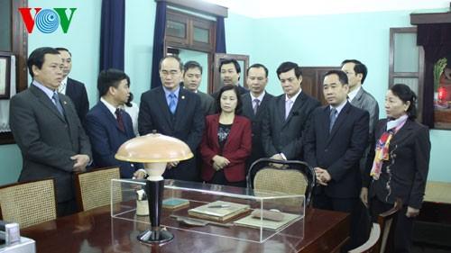 ประธานแนวร่วมปิตุภูมิส่วนกลางจุดธูปสักการะประธานโฮจิมินห์ - ảnh 1